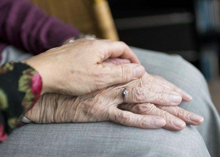 Cómo contratar a un cuidador de personas mayores