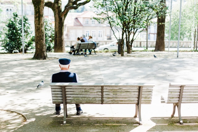 Soledad residencial riesgos que un cuidador puede evitar