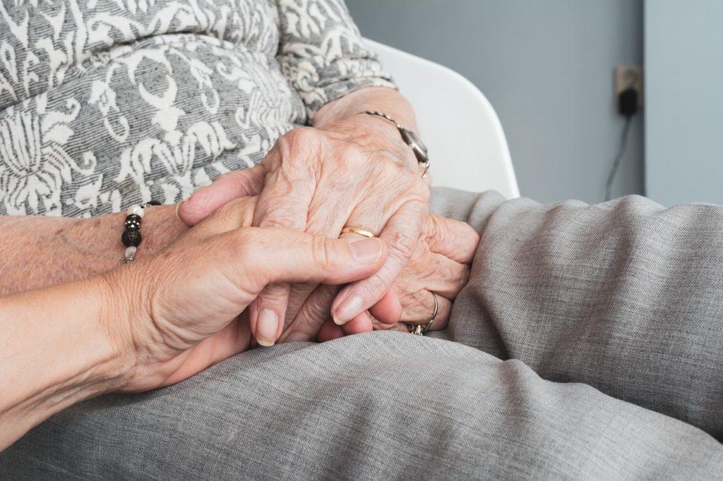 Qué evaluar para elegir a un cuidador de ancianos
